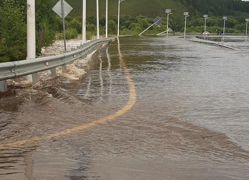 Проезд закрыт: река идет через дорогу в Приморье