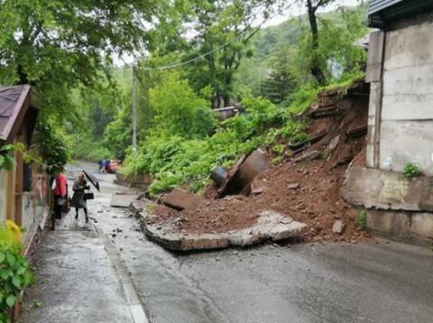 Подпорная стена рухнула во Владивостоке из-за дождя
