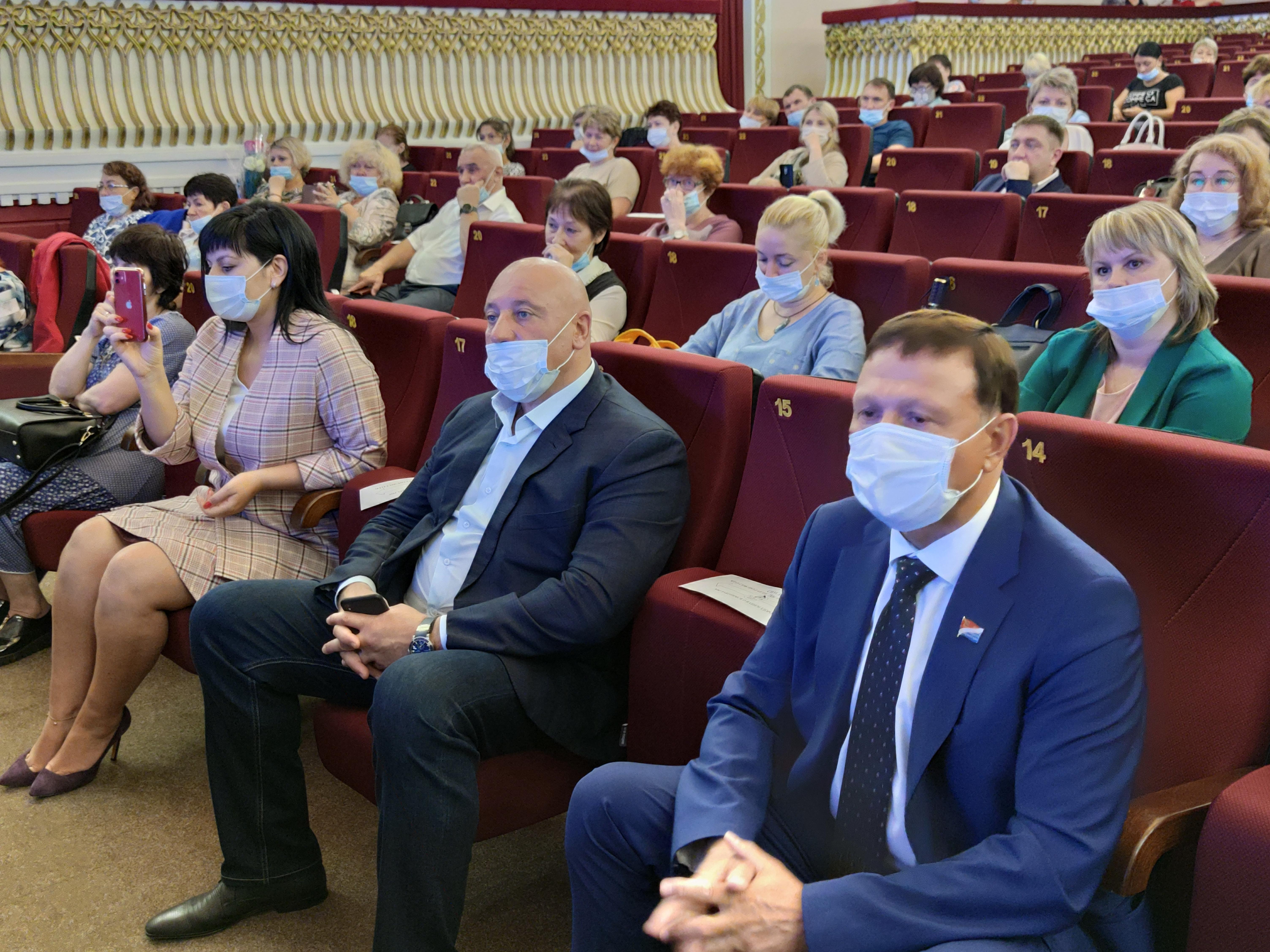 Учителей Артема поддержат депутаты Законодательного Собрания