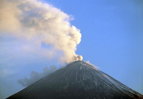 Активный вулкан сотрясает Северо-Курильск