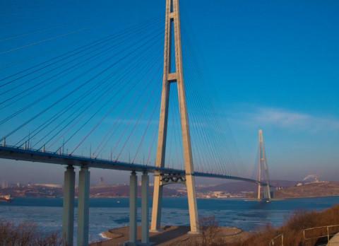 Ванты Русского моста чистят ото льда молотком