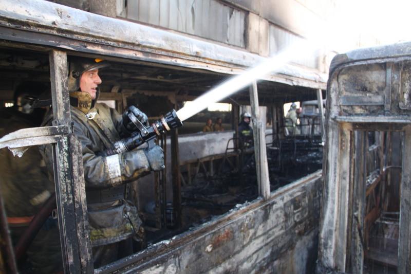 Пассажирский автобус горит на трассе в Приморье