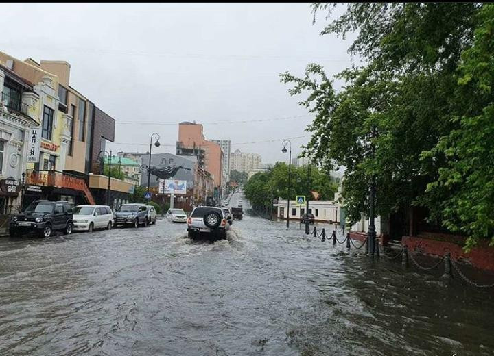 Город плывет: Ливень снова затопил дороги Владивостока