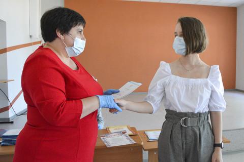 В масках и без торжеств: приморским выпускникам вручили аттестаты