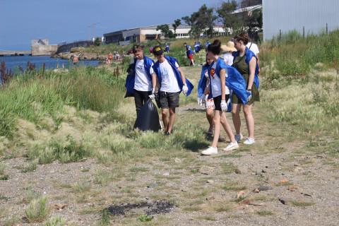 Владивостокские волонтеры очистили пляж в районе Второй Речки