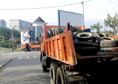 Старые автопокрышки вывозят с улиц Владивостока