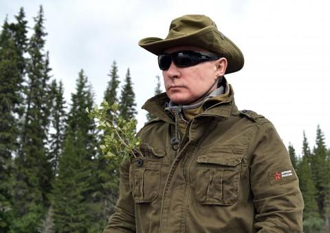 Путин с Шойгу сварил в тайге уху