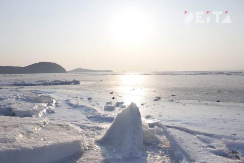 """""""С перволёдкой, рыбаки"""": авто провалилось под лед на Дальнем Востоке"""