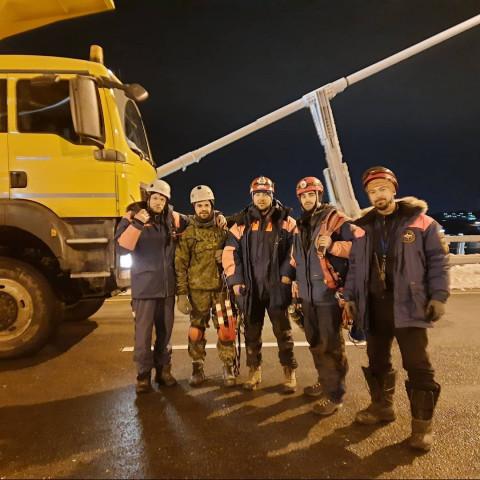 «Все работали бесплатно»: альпинисты рассказали про уборку льда на Русском мосту