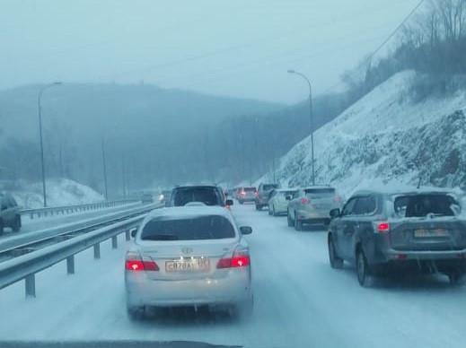 Владивосток парализован гололёдом: не справляются даже автобусы