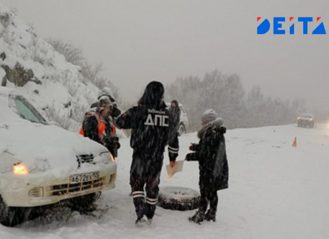 Дождь и мороз превратили дороги Владивостока в каток – видео