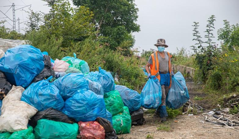 Дорожная служба Владивостока вывозит большое количество мусора со стихийных свалок
