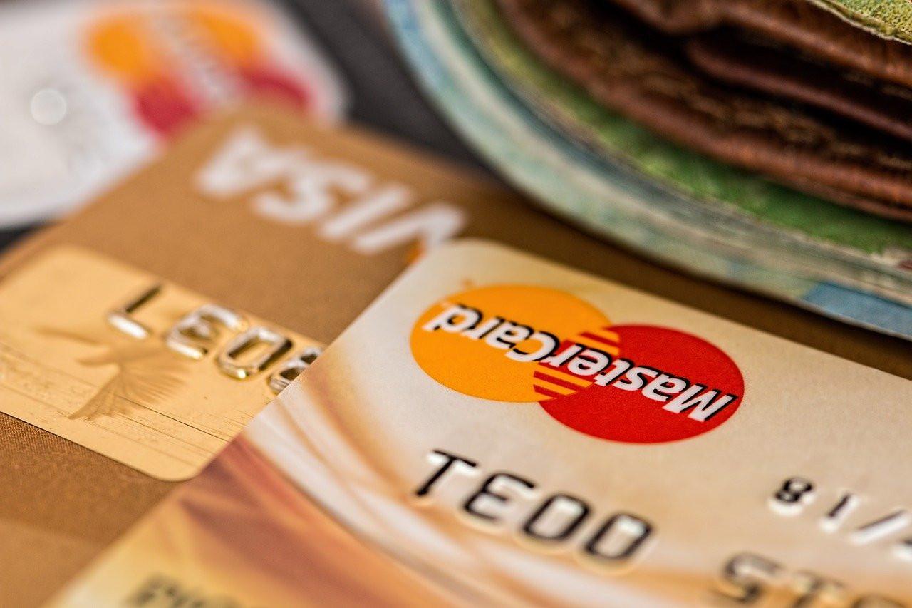 Данные владельцев банковских карт выложили в свободный доступ