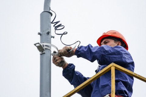 Владивосток будет сиять ярче: фонари монтируют во дворах города