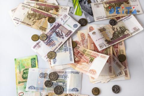 Почему нельзя забирать найденные на улице деньги, объяснил юрист