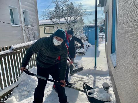 Волонтеры помогают расчищать дороги и тротуары после циклона в Приморье