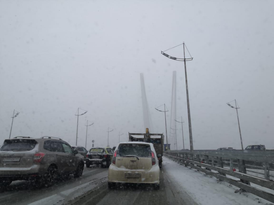 День в пробках: владивостокцы делятся видео снега и гололеда