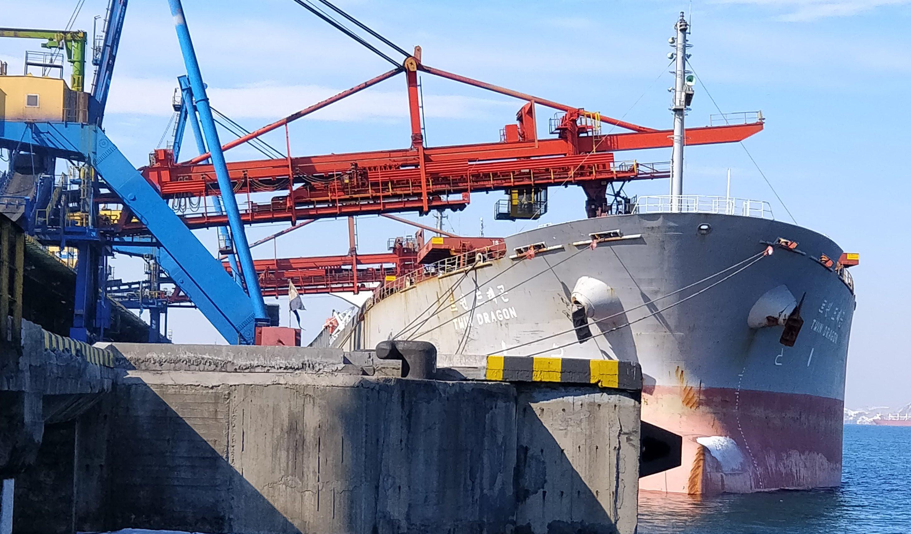 Мир поразили пируэты севшего на мель судна в Суэцком канале