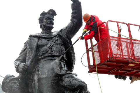 Памятники Владивостока готовят к Дню Победы