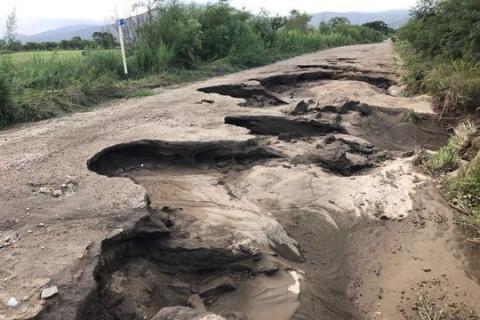 Школьный автобус в Приморье провалился в асфальт посреди села