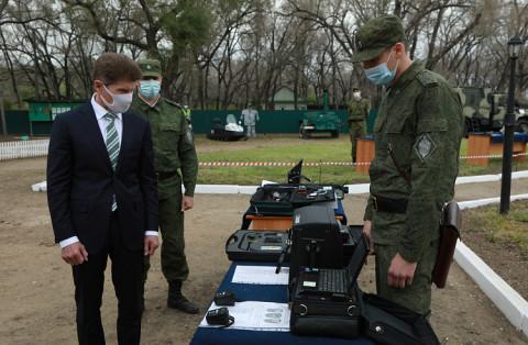 Защитников границы Приморья поздравил губернатор Олег Кожемяко