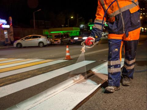 Дорожные рабочие Владивостока обновляют разметку в ночное время