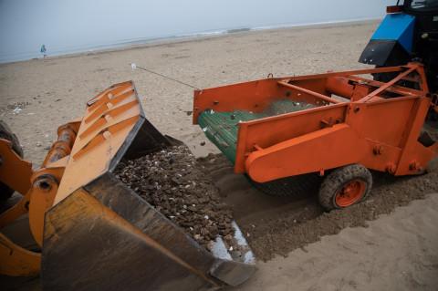 Главный пляж Приморья очистят от мусора спецтехникой
