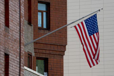 Американское консульство сворачивает работу в России