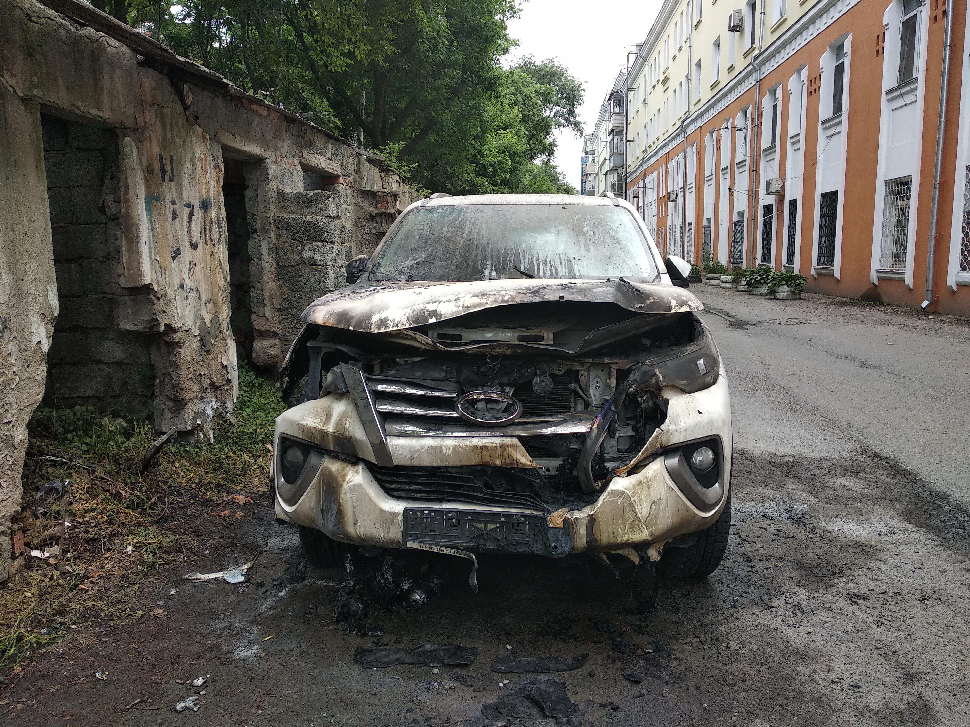 Очередной джип сгорел посреди ночи во Владивостоке