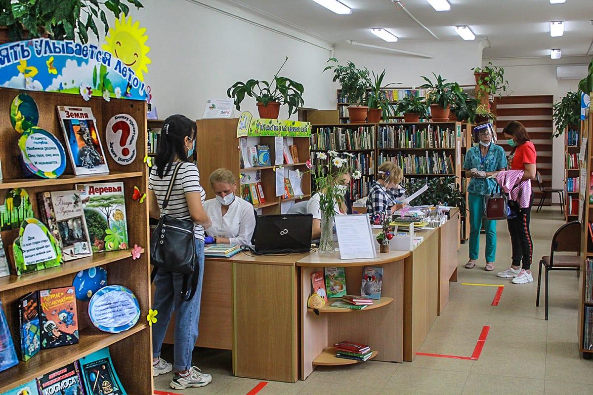"""""""Извините, но это смешно"""": Библиотеки спрячут """"книги для взрослых"""""""