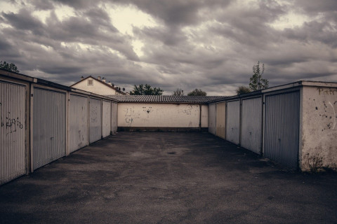 Неумные люди убрали дамбу: гаражи затопило