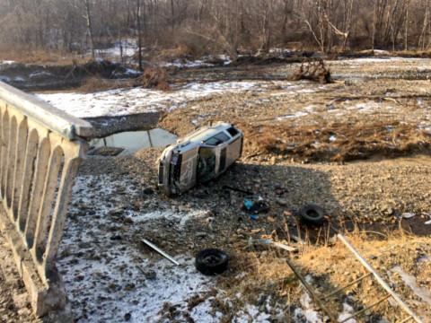 Приморский водитель выжил после падения с моста