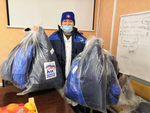 Единороссы поддержали сотрудников Владивостокской поликлиники №1 теплыми куртками и шапками