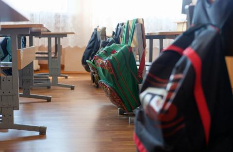 Учительница пришла на урок с топором на Сахалине