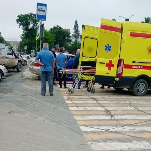 Машину такси вынесло на пешеходный переход в Приморье