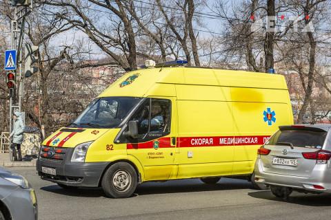 Минивэн насмерть сбил женщину на тротуаре во Владивостоке