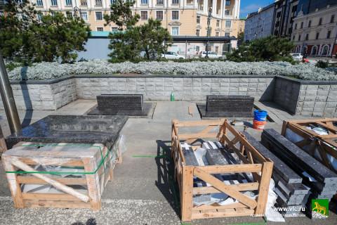 Полетят головы: гранитные лавочки в центре Владивостока не оценили губернатор и прокуратура