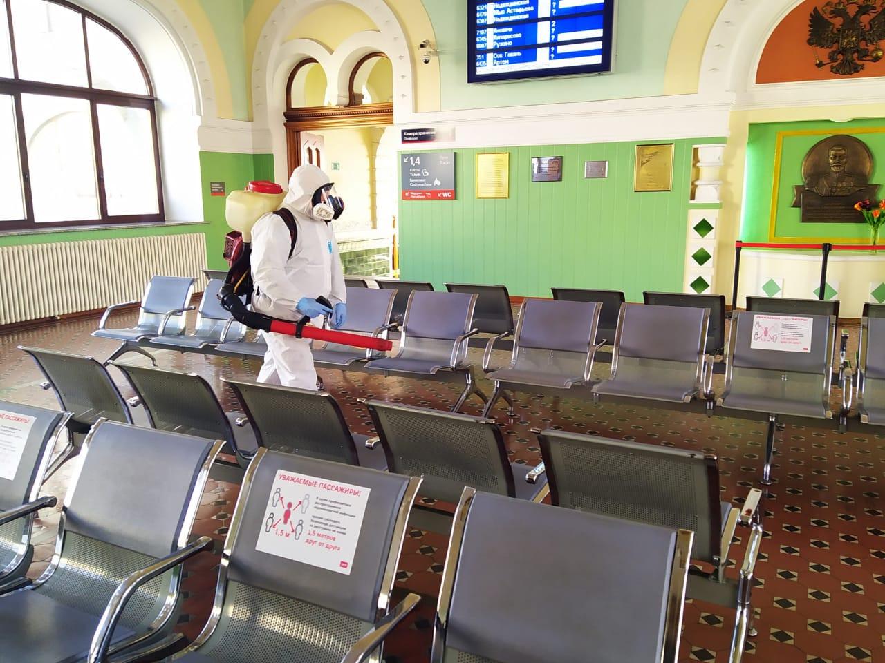 Громко и с размахом: на железнодорожном вокзале Владивостока проводится дезинфекция
