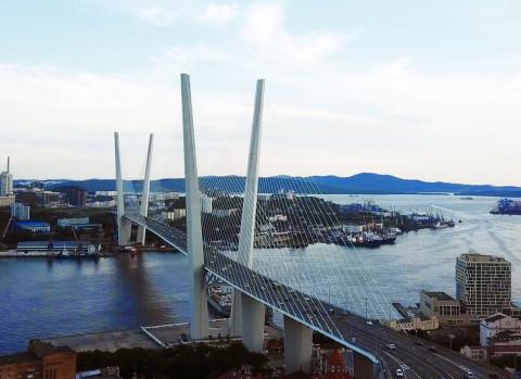 Золотой мост попытались очистить от наледи с помощью экскаватора