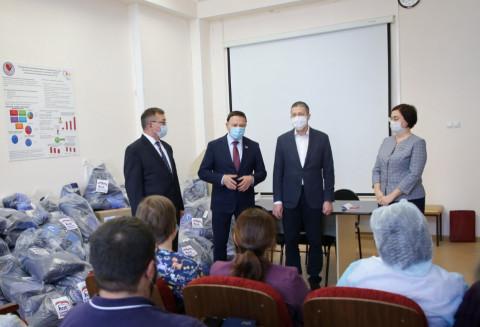 Врачам детской инфекционной больницы во Владивостоке передали новогоднее угощение и развивающие игры для детей медиков