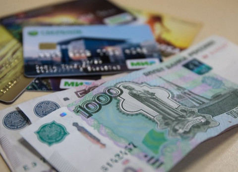 Только банковские карты: россияне стремительно бегут от налички