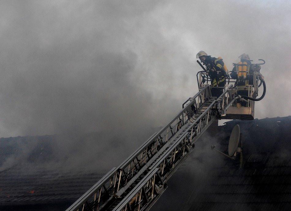 Хаотичная парковка снова помешала пожарным проехать к горящему зданию