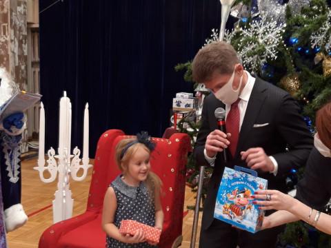 Олег Кожемяко помог Деду Морозу исполнить желания юных приморцев