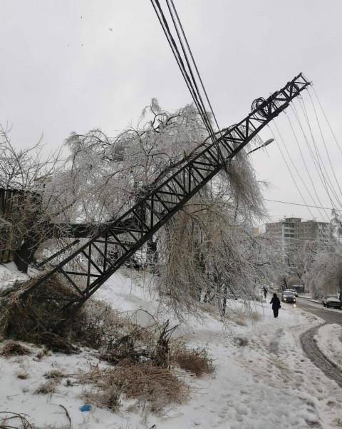 Лед на проводах оставил без электричества 20 тысяч дальневосточников