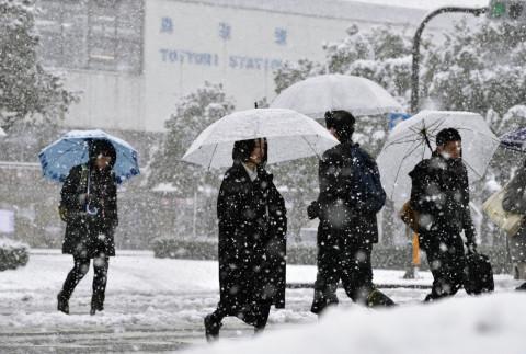 Сильные снегопады обрушились на Японию